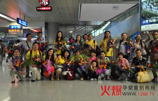 2012年9月12日晚上9点,青岛流亭机场候机大厅迎来了一批特殊的客人—