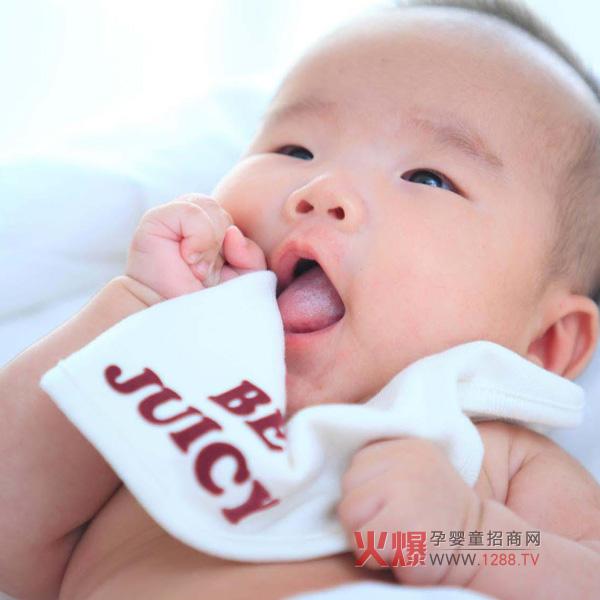 一个新的生命降临到一个新的家庭,带来喜悦的同时,也会让新手爸妈们感到手足无措,新手爸爸妈妈们面对宝宝的出生,是不是常常会感到手忙脚乱的呢,宝宝的一切都那么新鲜,怎样照顾这个小生命呢,宝宝看起来一切都是那么的娇嫩,稍稍一碰都怕给宝宝碰坏了。小编特意整理了宝宝第一个月的五个方面20个护理要点的变化,相信新爸新妈们看完,对怎么照顾宝宝有更多的了解,不再会手忙脚乱了。  新生儿护理 一、满月之后宝宝怎么睡 对于宝宝来说,睡眠是至关重要的。妈妈要在第一个月里就帮宝宝养成良好的睡眠习惯,这样才更有助于宝宝健康地成长
