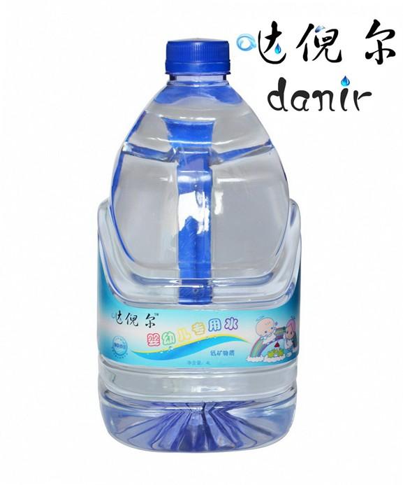 """倪尔/简单来说,母体需要""""富矿""""水,而婴幼儿需要""""低矿""""水。"""
