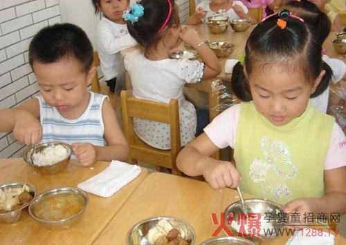 孩子在幼儿园里吃饭慢应如何应对