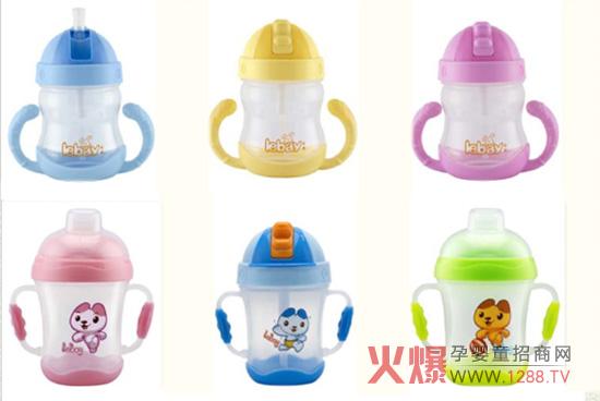 乐蓓宝宝学饮杯是广州市乐贝儿童用品有限公司专为12个月以上宝宝开发研制的一系列婴幼儿哺喂用品,其引用国内领先的抽真空技术制作,外形美观、携带方便,是宝宝和妈妈一致推荐最好的一款婴幼儿学饮杯。  产品特点: 1、专为婴儿学习握杯饮水使用; 2、软硅胶吸管,适合宝宝娇嫩的口腔; 3、吸管带有防漏功能,倒置不漏; 4、瓶身采用高品质PP材料制造,不含BPA等有毒物质。 乐蓓宝宝学饮杯壶身均采用食品级聚丙烯(PP)精制而成,可耐110高温消毒,吸管采用医用级液态硅矽胶(silicone)精制而成,可耐120高温