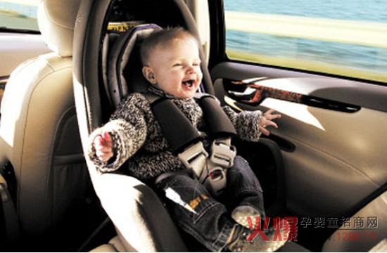 目前,我国大多数家庭对使用儿童座椅没有培养起足够的意识。一般乘坐私家车时,都是家长怀抱孩子坐车,或儿童坐在副驾驶位置,抑或儿童使用成人安全带等,危险系数均较高。据调查,我国平均每年有超过1.8万名14岁以下的儿童死于交通事故,是欧洲的2.5倍、美国的2.6倍,且事故大多与儿童安全座椅的配备缺失及使用不当有关。 目前我国儿童座椅行业缺乏统一标准,导致行业混乱,产品良莠不齐。在日前举行的儿童交通安全研讨暨蓝皮书发布会上,中国汽车技术研究中心副主任高和生表示,儿童安全座椅的强制性检测认证即将实施,强制使用的相关