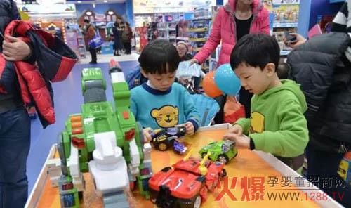 小朋友在门店体验最新最潮的玩具