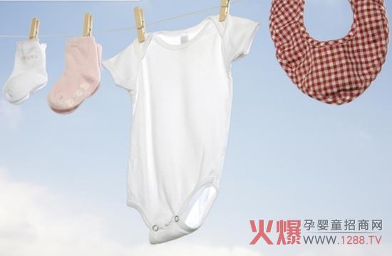 保持衣物干净,对宝宝的健康成长有重要的影响。在清洗宝宝衣物时,妈妈们需要了解掌握一些方法和小技巧。比如洗衣液的选择,洗衣物的手法等等。 1、洗衣液的选择 宝宝的皮肤是比较敏感脆弱的,洗衣液的选择一定要慎重,万不能用成人洗衣液清洗宝宝衣物。现在有很多婴幼儿专用的洗衣液或洗衣片,比如妙立方的婴儿专用除螨抑菌洗衣片,非常方便,配方温和健康,无害无刺激。  2、洗衣物的方式 清洗宝宝衣物,需要注意两点:一是必须手洗;二是分类。宝宝和大人的衣物分开清洗,内衣、外衣、鞋袜、尿布、毛巾等等这些都应该分开清洗。  3、衣