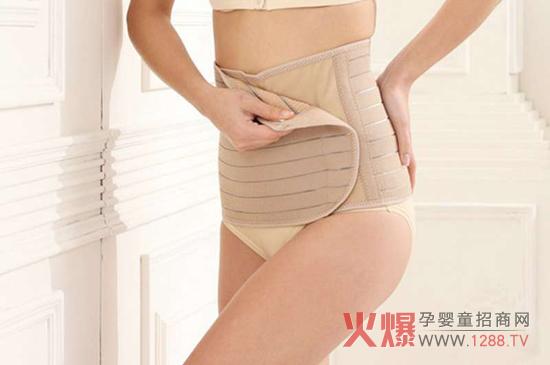 束腹带也称收腹带,现今主要是指产后收腹带。最早产后收腹主要采用纱布绷带缠绕方法以达到束腹作用,因此,常称束腹带。市场有纱布绷带式、普通收腹带、几件套(粽子腹带)、功能专业性腹带等。  顺产后使用收腹带: 怀孕期间,子宫变大、腹壁松弛,再加上顺产时太用劲儿,都会导致产后肚子变大、腹肌变松。因此,在顺产后一周内用收腹带是有好处的,最好在顺产后第三天开始使用。但收腹带不能一天到晚都系着,躺在床上或坐着休息时应该解开,等下床活动时再系。因为长期使用收腹带会影响血液循在,限制腰肌、腹背的活动,令恢复时间延长,持续