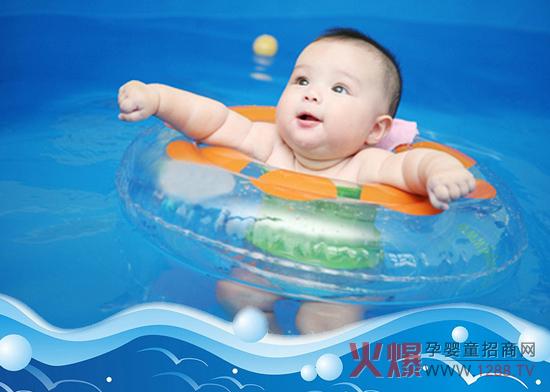 炎炎夏日,最适合玩水,游泳的好处很多。现在很多父母让宝宝从小开始学游泳,那么宝宝学游泳究竟有哪些好处?又需要注意什么呢?一起来了解吧! 宝宝学游泳的好处:  1、促进脑部发育 婴儿在水中进行运动时,各种动作直接受神经系统支配和调节,而肌肉和各关节的活动又反过来刺激大脑皮层神经,从而促进大脑功能的快速发育,使大脑对反应更敏捷。 2、培养适应能力 对婴儿来说智力发展第一步就是要克服不安全感,而游泳使婴儿漂浮失重的水中,能逐步到帮助婴儿适应不同的内外环境,建立自信心和适应能力的目的。 3、提高反应协调 婴儿游泳