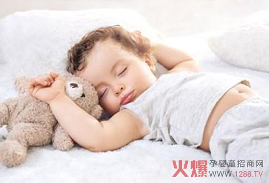 秋天来了,天气凉爽起来了。特别是夜里温度很低,宝宝要特别注意保暖。可是有时候宝宝睡觉不老实,经常踢被子,妈妈也不能总起来给宝宝盖被子,这该怎么办?  宝宝为什么爱踢被子? 大脑兴奋 宝宝年幼,其神经系统还不成熟。若是临睡前或是白天玩得太兴奋,睡觉时大脑个别区域可能会还处在兴奋状态的话,易出现踢被子情况。 睡得不舒服 有的妈妈担心孩子睡觉时着凉,会给宝宝穿太多衣服或盖很厚的被子。这么做不可取,宝宝很容易闷热、流汗,睡得不安稳,老是踢被子。另外,若是睡眠环境不舒适,宝宝也容易踢被子,比如光线亮。 睡眠习惯不好