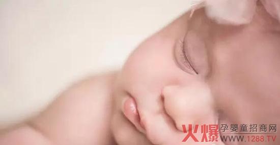 好多宝妈都问我是什么办法能让宝贝乖乖睡整宿觉的,决定把我的经验分享给大家,希望对各位宝妈有用,让更多宝贝和宝妈能睡个安稳觉。 咱们现在就来学一下怎样让宝宝睡一个整夜觉。  首先培养宝宝正确的睡眠习惯? 1.了解不同年龄宝宝每天的睡眠时间: 新生儿16-20小时 1-3个月龄14-15小时 6-12个月龄12-13小时 1-2岁12小时左右 2岁以后11小时左右 所有年龄夜间睡眠8~9小时,随着宝宝长大,白天睡眠逐渐减少。 出生到3个月:这个年龄段孩子睡觉是容易哭闹的,白天可以抱着他睡,晚上睡觉时用布把宝宝