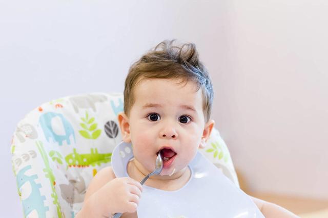 宝宝的胃不好会影响到消化能力,对生长发育也会造成影响,所以家长们要注意宝宝们肠胃的养护。那么,宝宝胃不舒服是怎么回事?宝宝胃不好要怎么办呢?  宝宝肠胃不舒服是什么原因: 吃的太油腻,造成肠道不易消化。高蛋白质或高脂肪的饮食,易造成肠道菌群改变,不利于有益菌存活。 饮食不卫生。不干净的食物表面必然附着病菌,这些病菌随食物进入肠道内会产生毒素,情况严重的会引起急性肠胃炎等肠胃疾病。 生活作息不正常,三餐不按时,造成肠道过于饥饿或过于饱食,导致肠道动作异常,长期可以使胃肠负担过重。 吃的太快。食物咀嚼不到位,