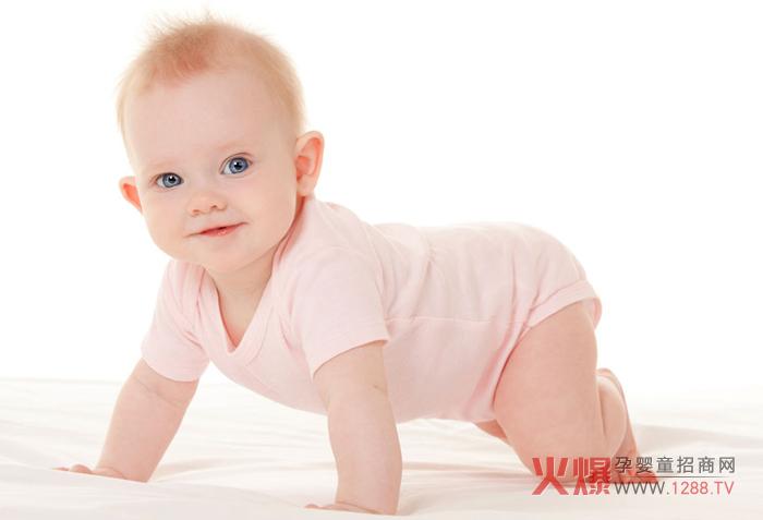 选择一个宽敞安全的地方作为宝宝的小小游乐区,将宝宝趴着放在地面上