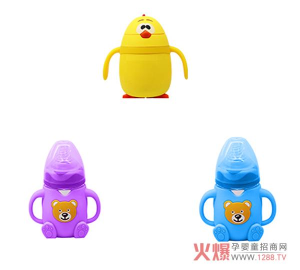 作为婴幼儿奶瓶界的里品牌,迪乐梦奶瓶不断创新,最新推出三款新品,既实用又好看,鲜明的色彩和卡哇伊的卡通形象,能在第一时间吸引宝贝们的眼球。操作简单,绿色材质,安全健康,造型超可爱,宝宝们爱不释手!  迪乐梦全新打造打扮各异的胖娃娃造型的奶瓶,新颖别致,色彩搭配匀称协调,既时尚又漂亮  可爱的小黄鸡造型和蹲坐的小熊头像,充斥着顽皮和童趣的元素  龙猫造型的带袋,喜欢宫崎骏动漫的宝爸宝妈们,不要错过哦! 迪乐梦奶瓶以健康、安全、诚信作为品牌价值的奠定基石,持续的开发和创新,为每个宝宝提供健康、安全的生活用品