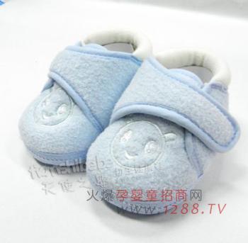 所以妈妈应当给宝宝选一款保暖舒适的婴儿鞋来保护他(她)的小脚丫.